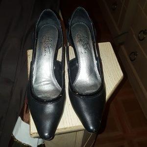 Low heel black shoes